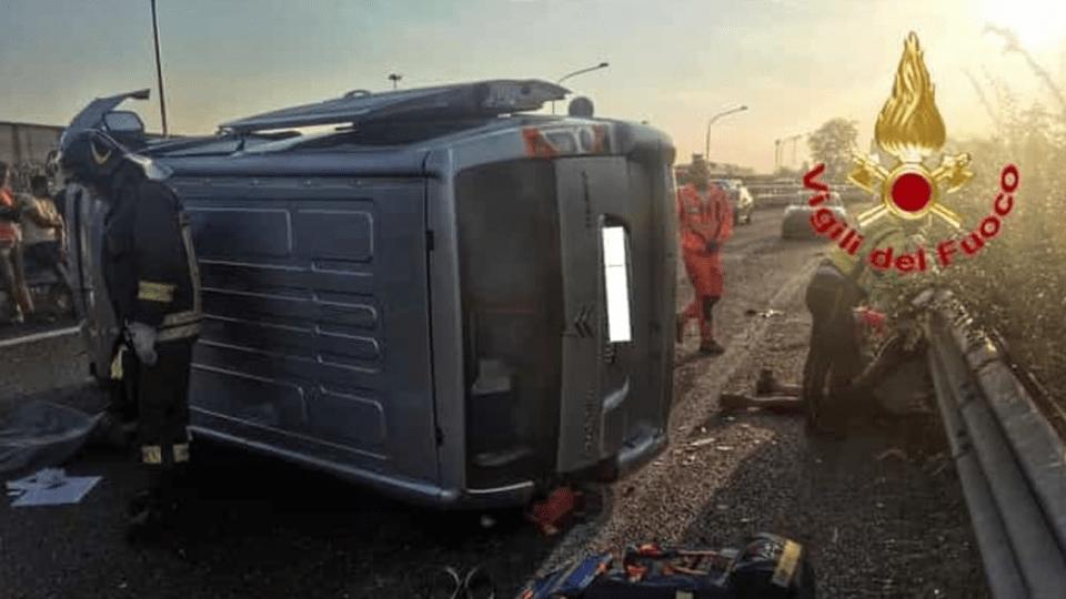 Un furgone si ribalta: Un morto e sei feriti.