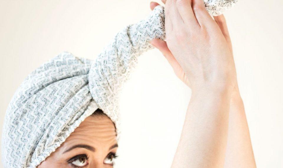 Asciugare i capelli con asciugamano