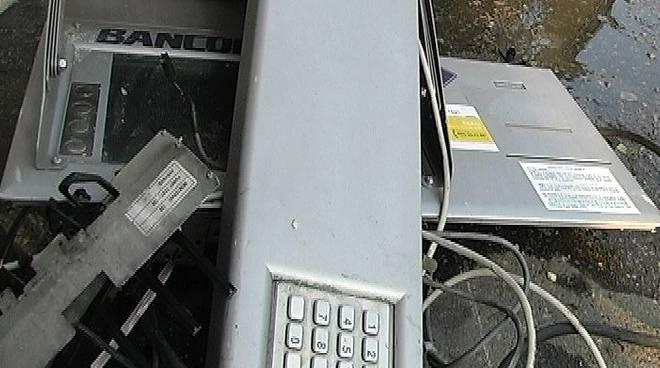 Ladri fanno esplodere il Bancomat