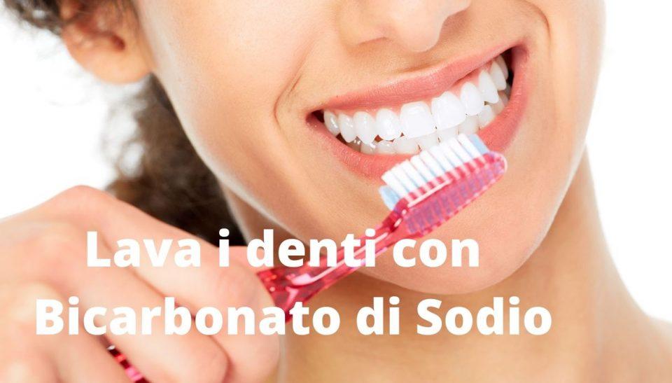 Lava i denti con Bicarbonato di Sodio